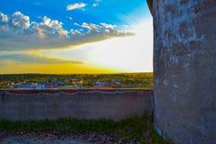 Όμορφο, ζωηρόχρωμο και τρομερό ηλιοβασίλεμα πέρα από μια μικρή πόλη σε Spai στοκ φωτογραφίες με δικαίωμα ελεύθερης χρήσης