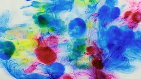 Όμορφο ζωηρόχρωμο μελάνι στο νερό, πτώση μελανιού Μειωμένο κόκκινο και κίτρινο μελάνι στο νερό με το μπλε μελάνι φιλμ μικρού μήκους