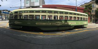 Όμορφο, ζωηρόχρωμο PCC τραμ του Σαν Φρανσίσκο ` s, ζωολογικός κήπος και διαφήμιση πάρκων BALBOA Στοκ εικόνα με δικαίωμα ελεύθερης χρήσης