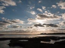 Όμορφο ηλιοβασίλεμα άνω του Λα σκιαγραφιών σύννεφων κόλπων θάλασσας λιμενικών ακτών Στοκ εικόνες με δικαίωμα ελεύθερης χρήσης