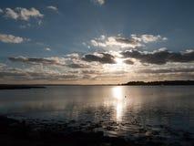 Όμορφο ηλιοβασίλεμα άνω του Λα σκιαγραφιών σύννεφων κόλπων θάλασσας λιμενικών ακτών Στοκ Φωτογραφίες