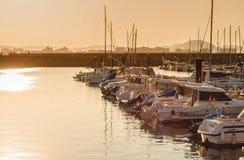 Όμορφο ηλιοβασίλεμα από ένα ψαροχώρι Λαρέντο, Cantabria, Ισπανία στοκ φωτογραφία