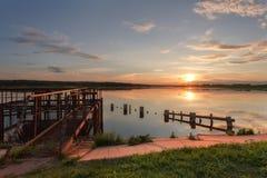 Όμορφο ηλιοβασίλεμα από τη λίμνη Στοκ φωτογραφία με δικαίωμα ελεύθερης χρήσης