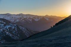 Όμορφο ηλιοβασίλεμα βραδιού στα καυκάσια βουνά με τα καλύμματα χιονιού, Arkhyz, Ρωσία Στοκ Εικόνες