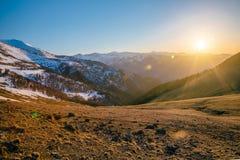Όμορφο ηλιοβασίλεμα βραδιού στα καυκάσια βουνά με τα καλύμματα χιονιού, Arkhyz, Ρωσία Στοκ φωτογραφία με δικαίωμα ελεύθερης χρήσης
