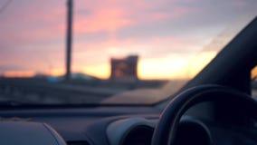 Όμορφο ηλιοβασίλεμα βραδιού στο δρόμο από το παράθυρο αυτοκινήτων HD, 1920x1080, σε αργή κίνηση απόθεμα βίντεο