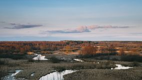 Όμορφο ηλιοβασίλεμα επάνω από το τοπίο δασών και ποταμών στα τέλη του φθινοπώρου ή την πρώιμη εποχή άνοιξης Φυσική άποψη του ουρα απόθεμα βίντεο