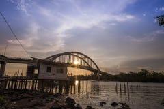 Όμορφο ηλιοβασίλεμα κοντά στον ποταμό Μαλαισία Kedah όπου όλος ο ψαράς ζωντανός Στοκ Εικόνες