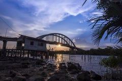 Όμορφο ηλιοβασίλεμα κοντά στον ποταμό Μαλαισία Kedah όπου όλος ο ψαράς ζωντανός Στοκ Εικόνα