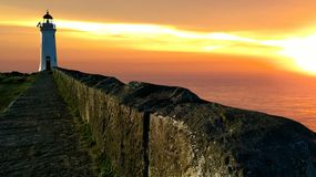 Όμορφο ηλιοβασίλεμα με έναν φάρο στοκ φωτογραφίες με δικαίωμα ελεύθερης χρήσης