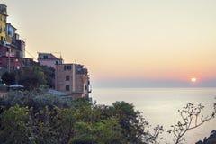Όμορφο ηλιοβασίλεμα με τα βουνά, τον ωκεανό/τη θάλασσα και τα πολύβλαστα περίχωρα Μεσογειακό περιβάλλον Λεπτό εικόνα-βάθος και αρ Στοκ εικόνες με δικαίωμα ελεύθερης χρήσης