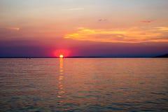 Όμορφο ηλιοβασίλεμα πέρα από την αδριατική θάλασσα κοντά σε Starigrad στην στοκ εικόνες