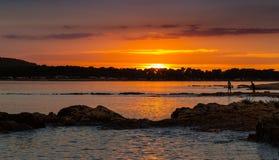 Όμορφο ηλιοβασίλεμα πέρα από την αδριατική θάλασσα, με το όμορφο δραματικό cloudscape Στοκ Φωτογραφία