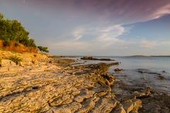 Όμορφο ηλιοβασίλεμα πέρα από την αδριατική θάλασσα, με το όμορφο δραματικό cloudscape Στοκ Εικόνες