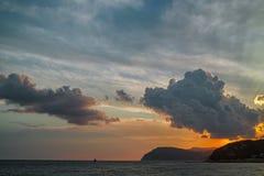 Όμορφο ηλιοβασίλεμα πέρα από την ακτή Μαύρης Θάλασσας στοκ εικόνα με δικαίωμα ελεύθερης χρήσης