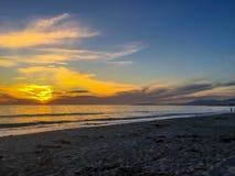 Όμορφο ηλιοβασίλεμα πέρα από τη θάλασσα με το σαφή ουρανό στην κρατική παραλία Carpinteria, Καλιφόρνια στοκ φωτογραφίες με δικαίωμα ελεύθερης χρήσης