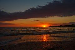 Όμορφο ηλιοβασίλεμα πέρα από τη θάλασσα, φυσικό seascape από τον τέλειο συγχρονισμό όταν το ηλιοβασίλεμα πέρα από το θαλάσσιο ορί Στοκ φωτογραφία με δικαίωμα ελεύθερης χρήσης