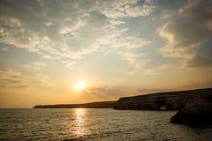 Όμορφο ηλιοβασίλεμα πέρα από τη θάλασσα, φυσικό seascape από τον τέλειο συγχρονισμό όταν το ηλιοβασίλεμα πέρα από το θαλάσσιο ορί Στοκ Εικόνα