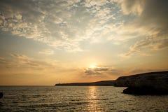 Όμορφο ηλιοβασίλεμα πέρα από τη θάλασσα, φυσικό seascape από τον τέλειο συγχρονισμό όταν το ηλιοβασίλεμα πέρα από το θαλάσσιο ορί Στοκ Φωτογραφίες