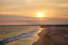 Όμορφο ηλιοβασίλεμα πέρα από τη θάλασσα, φυσικό seascape από τον τέλειο συγχρονισμό όταν το ηλιοβασίλεμα πέρα από το θαλάσσιο ορί Στοκ Φωτογραφία