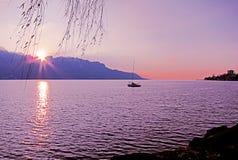 Όμορφο ηλιοβασίλεμα πέρα από τη λίμνη Γενεύη και την πόλη του Μοντρέ, στο S στοκ εικόνες με δικαίωμα ελεύθερης χρήσης