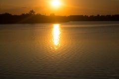 Όμορφο ηλιοβασίλεμα πέρα από τη λίμνη στην Ταϊλάνδη στοκ φωτογραφία με δικαίωμα ελεύθερης χρήσης
