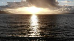 Όμορφο ηλιοβασίλεμα πέρα από τον Ατλαντικό Ωκεανό απόθεμα βίντεο