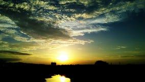 Όμορφο ηλιοβασίλεμα πέρα από τον ποταμό στοκ φωτογραφία