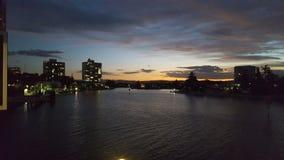 Όμορφο ηλιοβασίλεμα πέρα από τον ποταμό Nerang στον παράδεισο Surfers, Queensland στοκ εικόνα με δικαίωμα ελεύθερης χρήσης