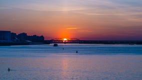 Όμορφο ηλιοβασίλεμα πέρα από το μεγάλο ποταμό στοκ εικόνες