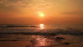 Όμορφο ηλιοβασίλεμα σε μια τροπική παραλία απόθεμα βίντεο