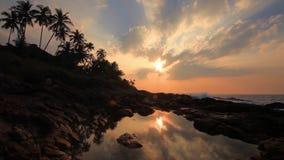 Όμορφο ηλιοβασίλεμα σε μια τροπική παραλία φιλμ μικρού μήκους