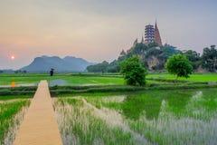 Όμορφο ηλιοβασίλεμα σε Wat Tham Sua Kanchanaburi, Ταϊλάνδη στοκ εικόνα