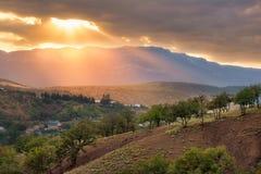 Όμορφο ηλιοβασίλεμα στα βουνά της Κριμαίας Στοκ Φωτογραφία