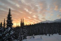 Όμορφο ηλιοβασίλεμα στα βουνά στοκ εικόνες