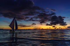 Όμορφο ηλιοβασίλεμα στην άσπρη παραλία Boracay Στοκ Φωτογραφίες