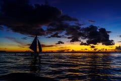 Όμορφο ηλιοβασίλεμα στην άσπρη παραλία Boracay Στοκ Εικόνες