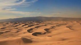 Όμορφο ηλιοβασίλεμα στην έρημο Αμμοθύελλα στον αμμόλοφο απόθεμα βίντεο