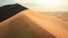 Όμορφο ηλιοβασίλεμα στην έρημο Αμμοθύελλα στον αμμόλοφο φιλμ μικρού μήκους