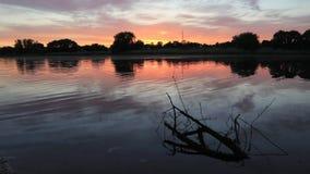 Όμορφο ηλιοβασίλεμα στην ακτή της λίμνης krasnodar διακοπές θερινών εδαφών katya απόθεμα βίντεο