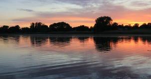 Όμορφο ηλιοβασίλεμα στην ακτή της λίμνης krasnodar διακοπές θερινών εδαφών katya φιλμ μικρού μήκους