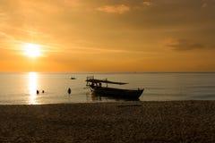 Όμορφο ηλιοβασίλεμα στην παραλία ηλιοβασιλέματος με το σκάφος Στοκ εικόνες με δικαίωμα ελεύθερης χρήσης