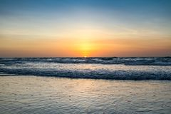 Όμορφο ηλιοβασίλεμα στην παραλία καλωδίων στοκ φωτογραφία