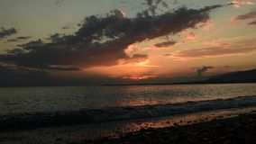 Όμορφο ηλιοβασίλεμα στην παραλία, καταπληκτικά χρώματα απόθεμα βίντεο