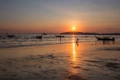 Όμορφο ηλιοβασίλεμα στην παραλία AO Nang, Krabi, Ταϊλάνδη με το traditio Στοκ Φωτογραφίες