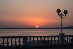 Όμορφο ηλιοβασίλεμα στην προκυμαία Μαύρη Θάλασσα, Gelendzhik, Ρωσία στοκ εικόνες