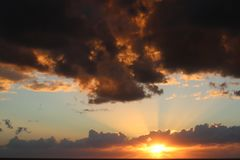 Όμορφο ηλιοβασίλεμα στον κόλπο του Μεξικού όμορφο πορτοκαλί χρυσό ηλιοβασίλεμα πέρα από τον ωκεανό ο ήλιος που τίθεται μέσω των σ στοκ φωτογραφία