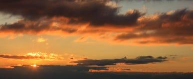 Όμορφο ηλιοβασίλεμα στον ουρανό Ο χρυσός ήλιος φωτίζει τα σύννεφα Ο ήλιος είναι στη αριστερή πλευρά Στοκ Εικόνες