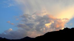 Όμορφο ηλιοβασίλεμα στον ουρανό στοκ φωτογραφίες