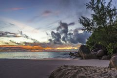 Όμορφο ηλιοβασίλεμα στον παράδεισο στο anse Georgette, praslin, seychel Στοκ Φωτογραφία